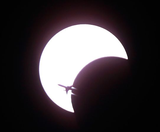 airplane solar eclipse annular ring 11934 600x450 Лучший космос